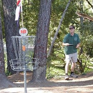 300px-Disc_golfer_and_basket (1)